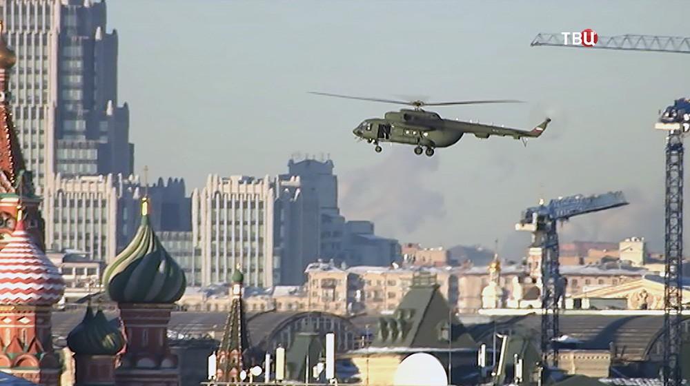 Вертолет ФСО над Красной площадью