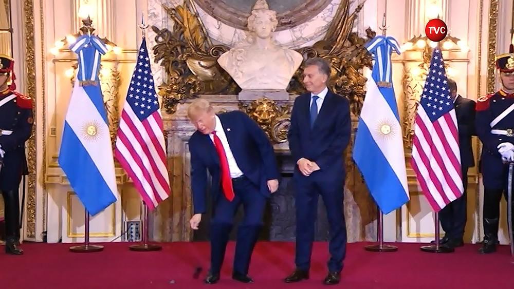 Дональд Трамп выбрасывает электронный переводчик во время встречи с президентом Аргентины Маурисио Макри
