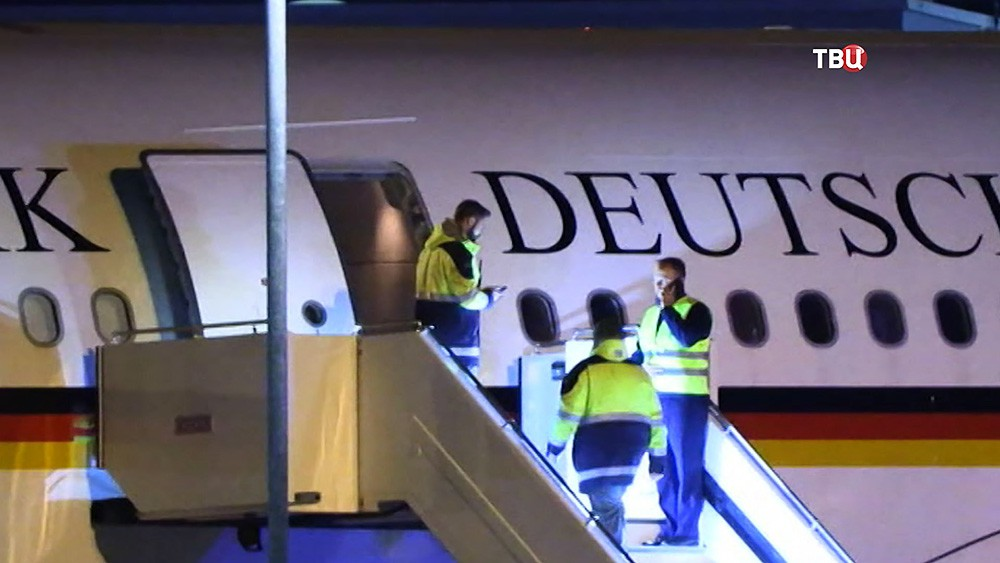 Службы аэропорта обследуют самолет Ангелы Меркель