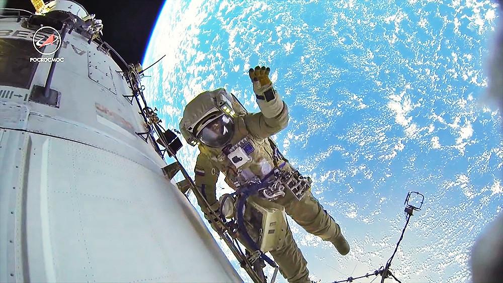 Космонавт работает на орбите