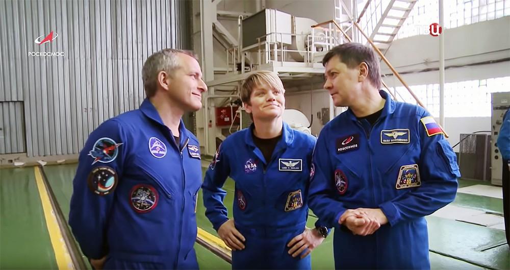 Астронавты Давид Сен-Жак и Энн Макклейн и космонавт Олег Кононенко