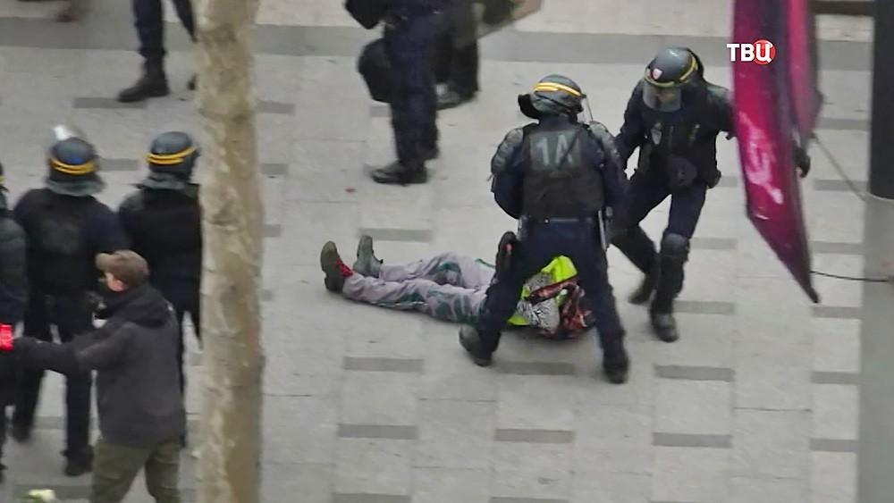 Полиция Франции задерживает протестующих