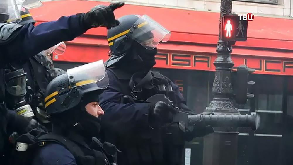 Полиция Франции разгоняет слезоточивым газом участников беспорядков