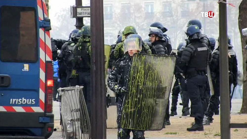 Полиция Франции во время уличных беспорядков
