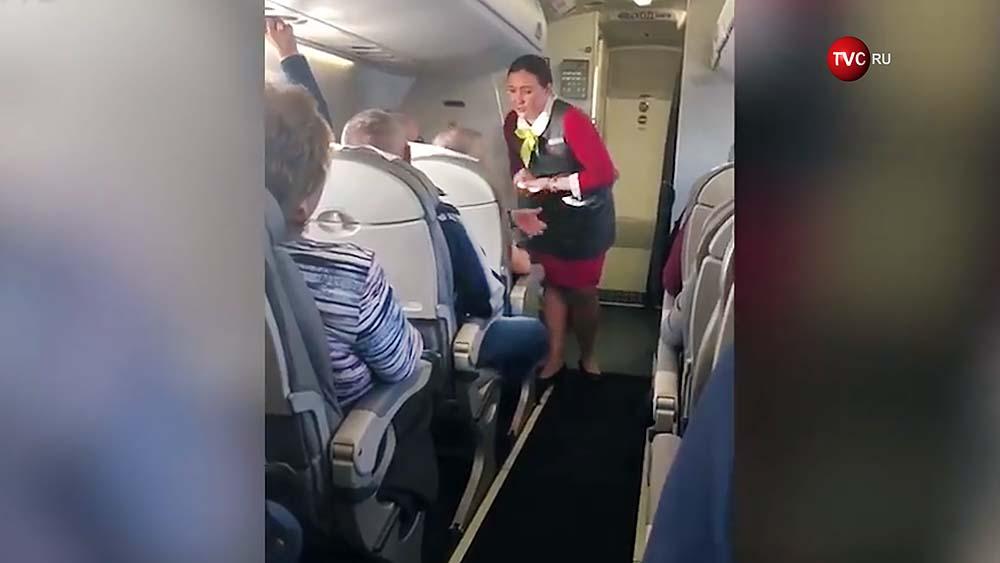 """Лидер группы """"Чайф"""" Владимир Шахрин в салоне самолета спорит со стюардессой"""