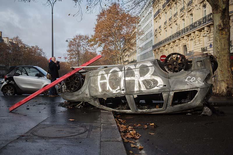Сгоревший автомобиль в центре Парижа