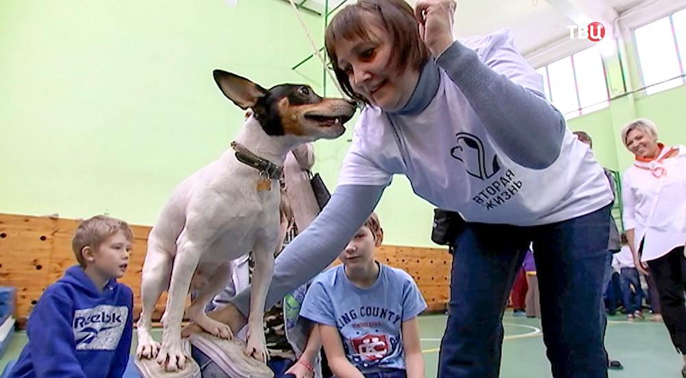 Волонтер играет с детьми