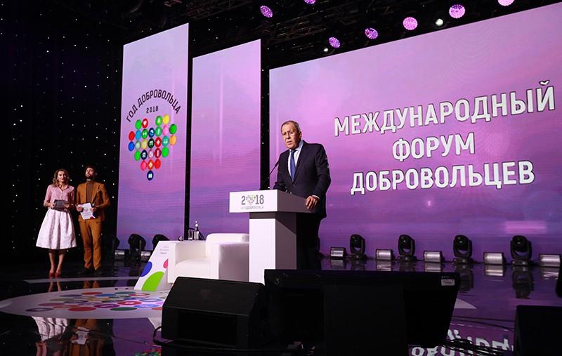 Сергей Лавров выступает на Международном форуме добровольцев в Москве