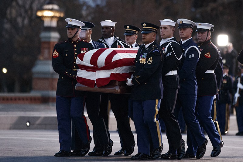 Гроб с телом экс-президента США внесли в здание конгресса под ружейный салют