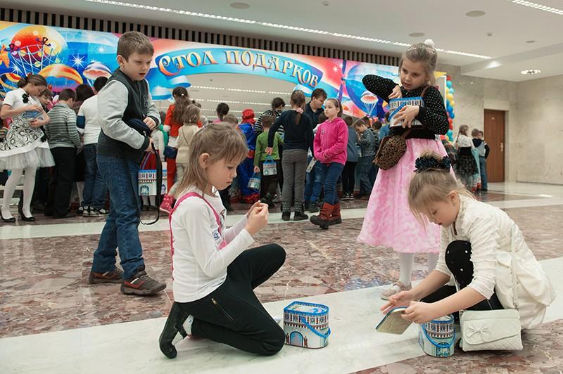Дети с подарками после новогоднего представления