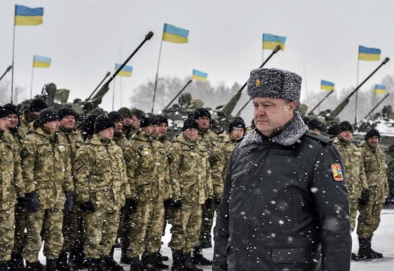 Петр Порошенко проходит перед строем солдат
