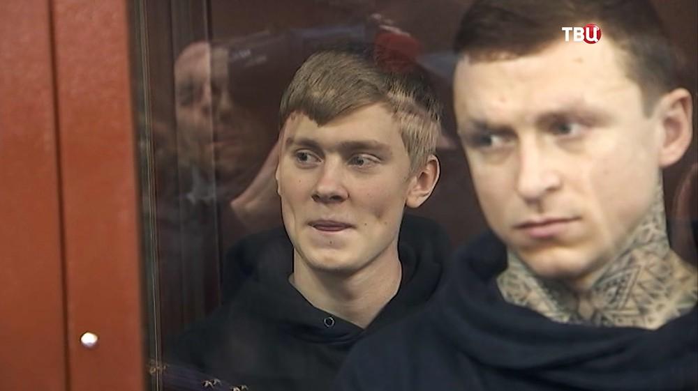 Кирилл Кокорин улыбается в зале суда