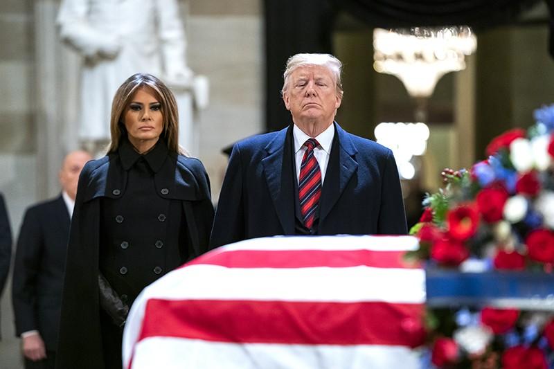 Дональд Трамп с супругой Меланией Трамп на церемонии прощания с Джорджем Бушем-старшим