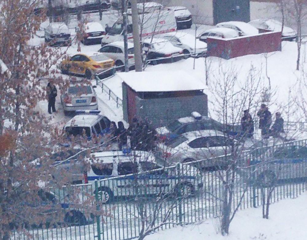 На месте нападения ученика с ножом на школу в Москве