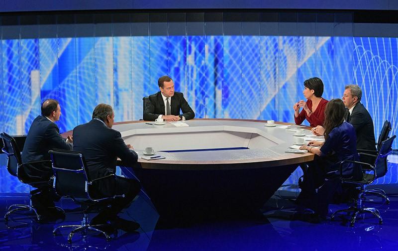 Дмитрий Медведев во время интервью журналистам пяти российских телеканалов
