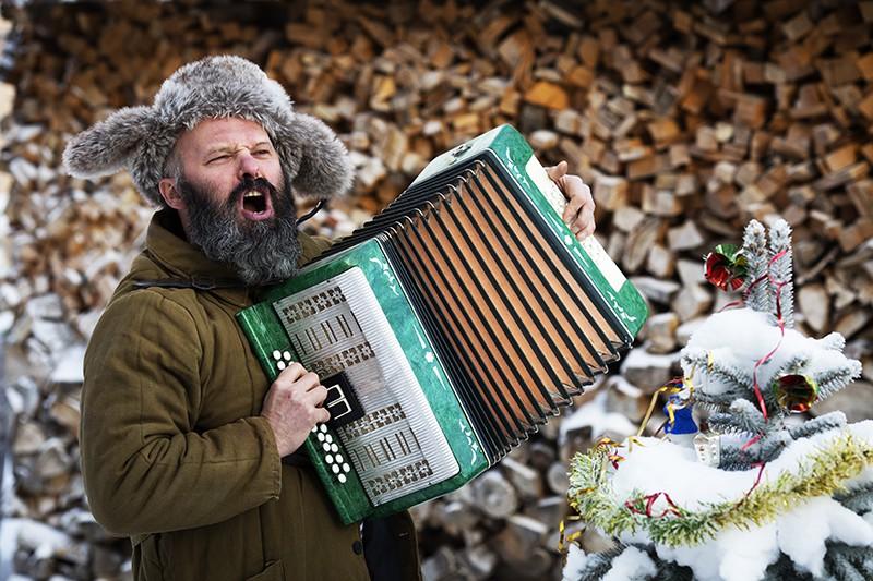 Мужчина играет на аккордеоне
