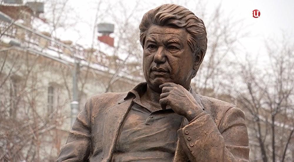 Памятник Айтматову