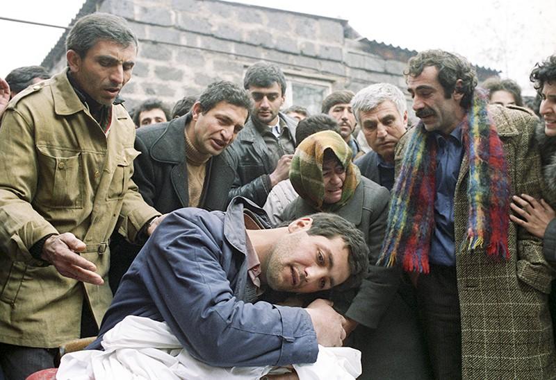 Землетрясение в Армении. Пострадавшие оплакивают погибших. 1988 год