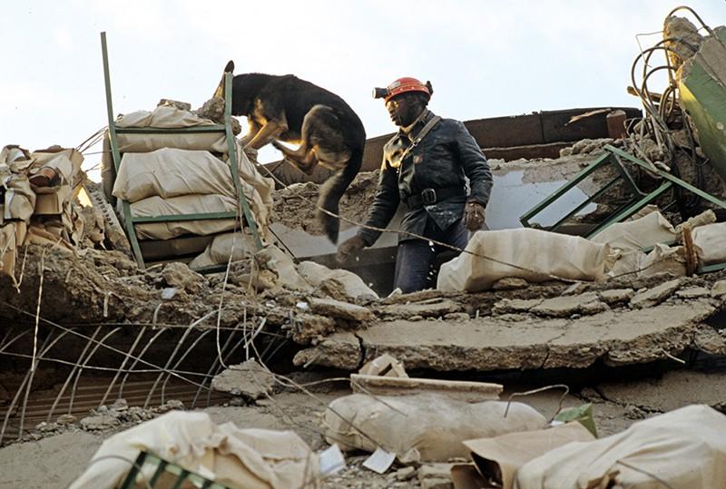 Землетрясение в Армении. Спасательные работы на месте землетрясения. 1988 год