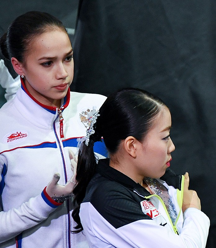 Слева направо: Алина Загитова (Россия) и Рика Кихира (Япония)