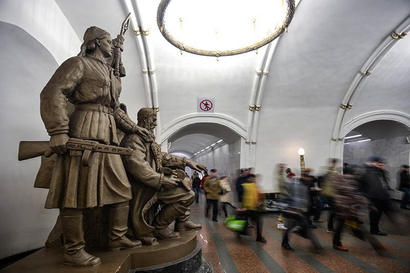 """Скульптура """"Белорусские партизаны"""", установленная в переходе на станции метро """"Белорусская"""""""