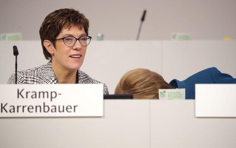 Аннегрет Крамп-Карренбауэр и Ангела Меркель (под столом)