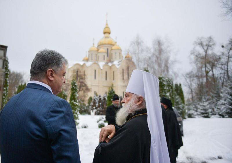 Ополчившийся на УПЦ Порошенко оказался прихожанином Ионинского монастыря