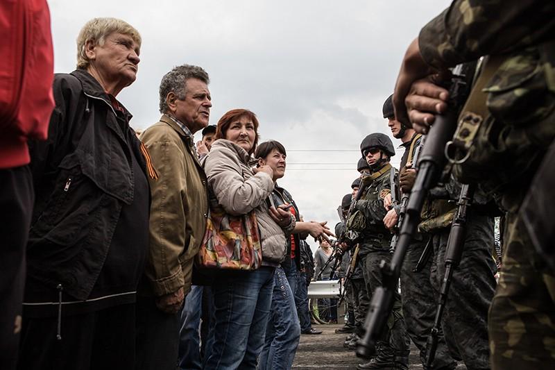 Мирные жители и солдаты ВСУ