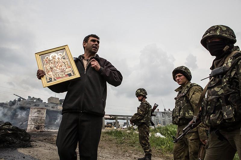 Мирный житель и солдаты ВСУ