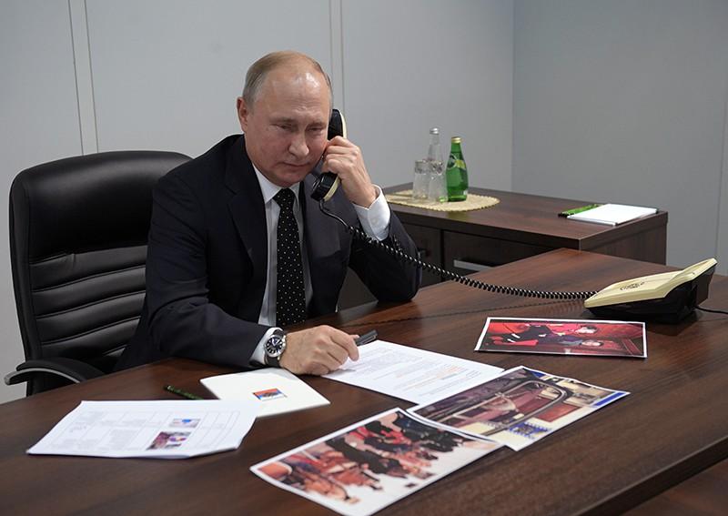 """Владимир Путин во время разговора по телефону с одной из участниц проекта """"Мечтай со мной"""" Вероникой Макаровой"""
