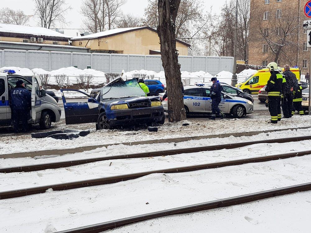 Последствия наезда легкового автомобиля на дерево