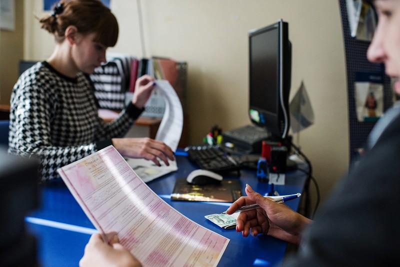 Автовладелец оформляет страховой полис ОСАГО в одной из страховых компаний