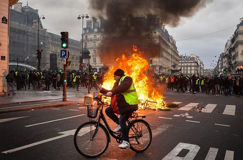 """Участники акции протеста движения автомобилистов """"желтые жилеты"""" в районе Триумфальной арки в Париже"""