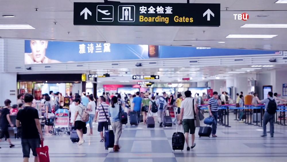 Пассажиры в аэропорту в Китае