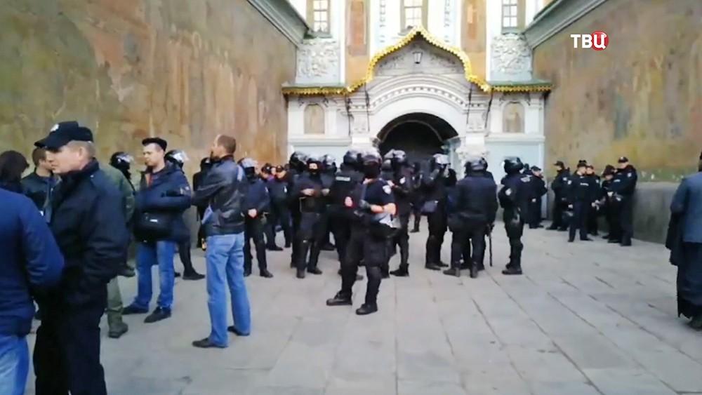 Полиция Украины у стен храма