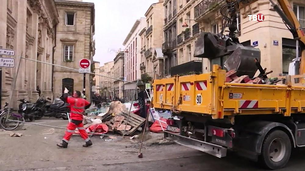 """Устранение последствий протестов """"желтых жилетов"""" в Париже"""