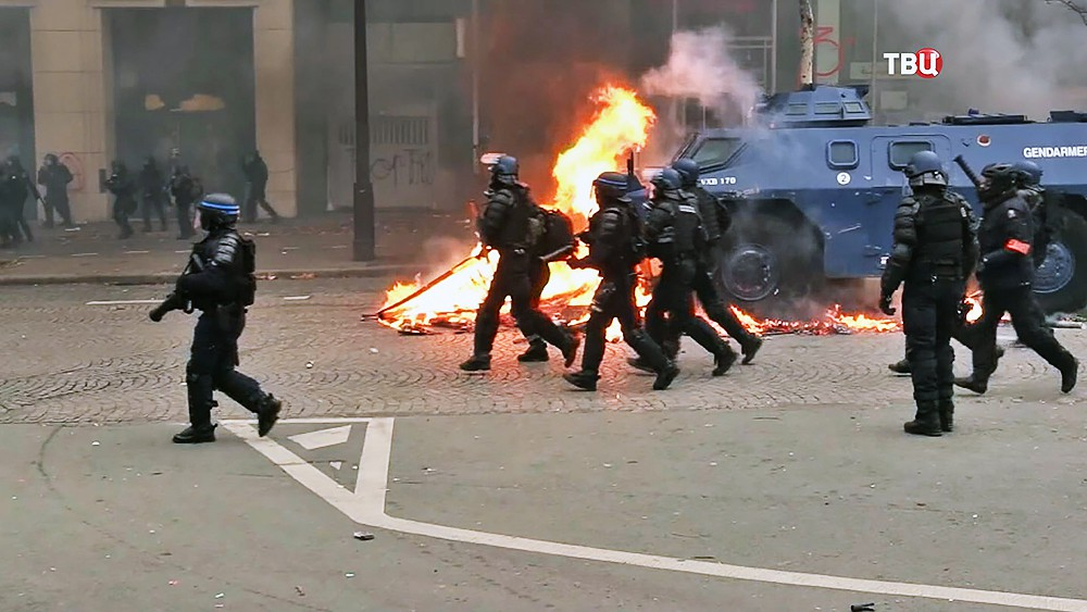 """Полиция Франции во время протестов """"желтых жилетов"""" в Париже"""