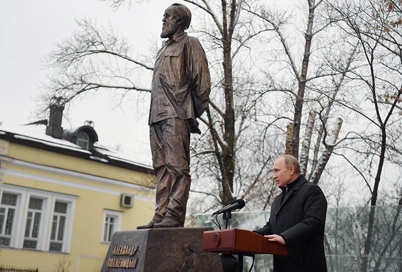 Владимир Путин на церемонии открытия памятника писателю Александру Солженицыну