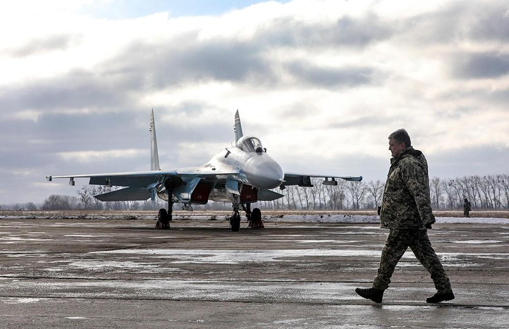 Пётр Порошенко на авиабазе