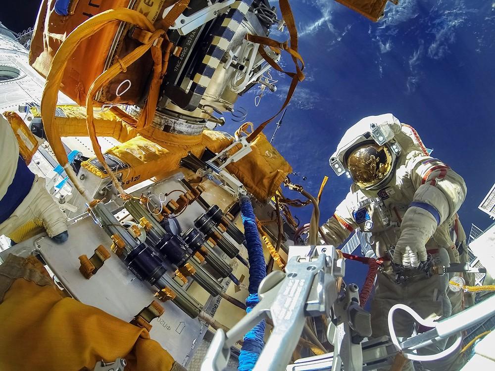 Работа космонавтов в открытом космосе