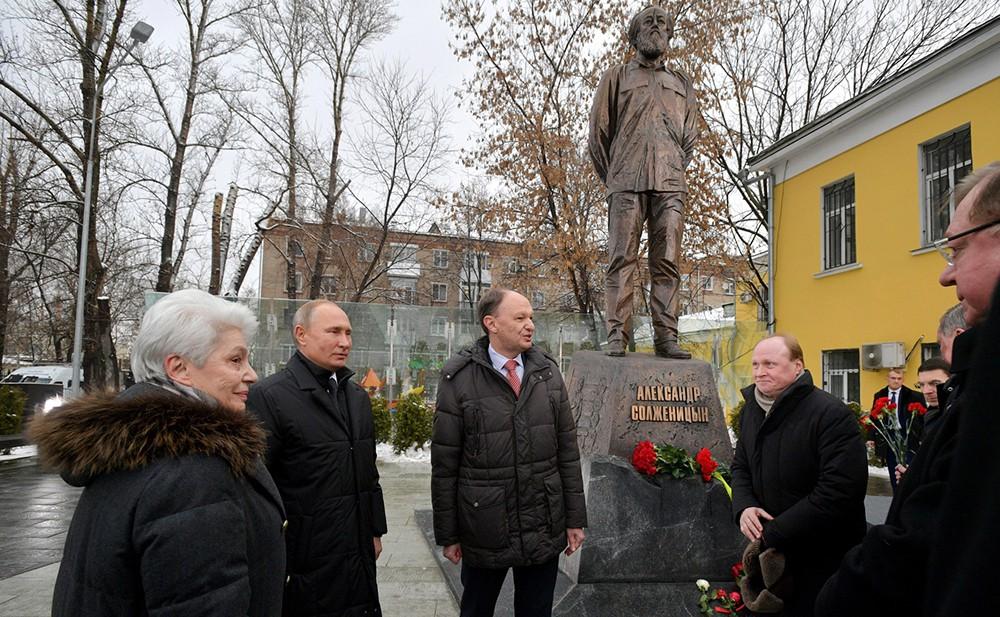 Церемония открытия памятника писателю Александру Солженицыну
