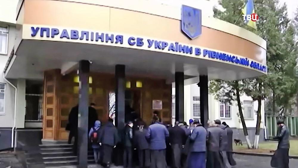 Священники на пороге здания СБУ