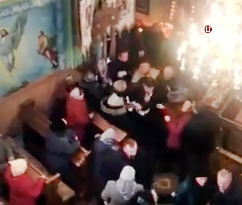 Драка украинских раскольников в храме