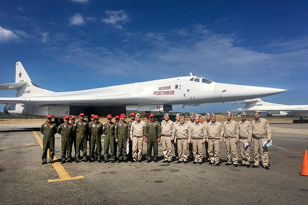 Летчики ВКС России и ВВС Венесуэлы на фоне стратегических бомбардировщиков Ту-160