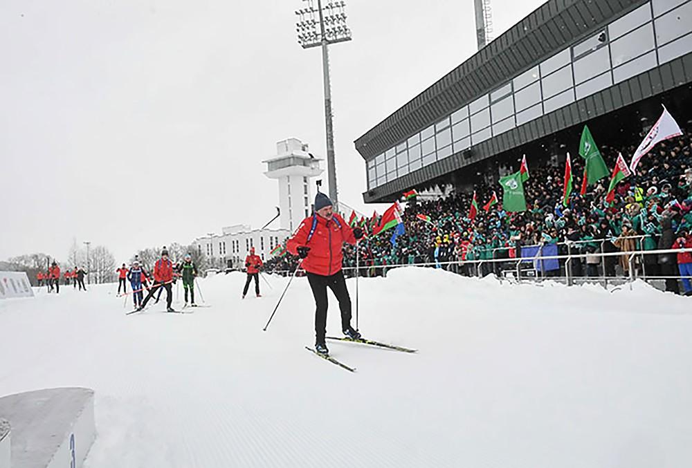 Александр Лукашенко едет на лыжах