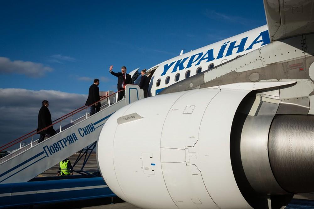 Пётр Порошенко поднимается по трапу самолёта