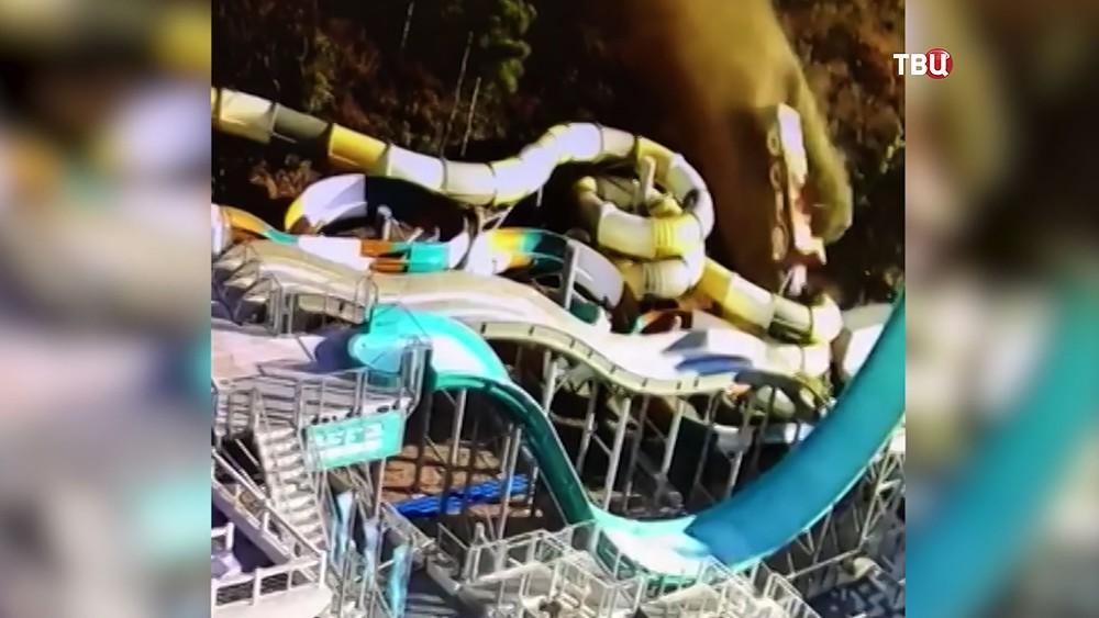 Грузовик падает со склона на аквапарк