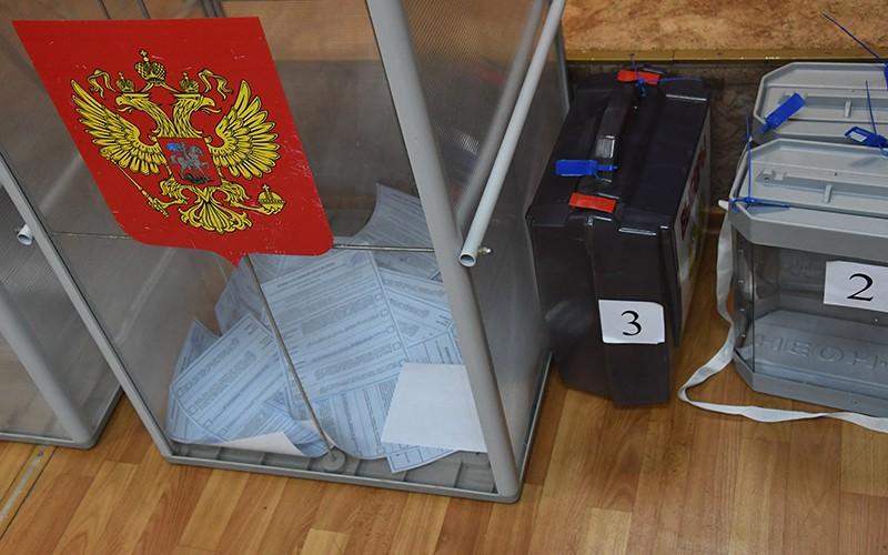 Урны для голосования на повторных выборах губернатора Приморского края