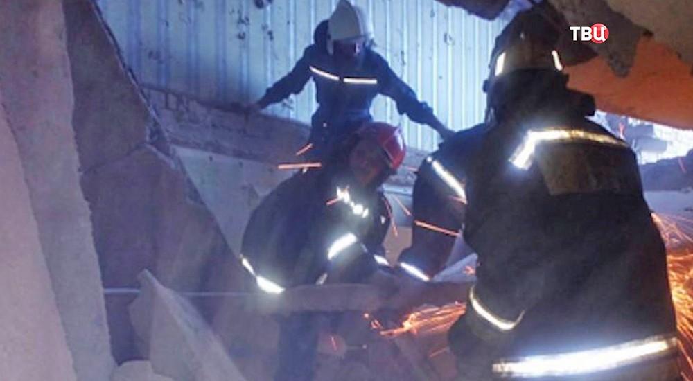 Место обрушения кровли здания на территории завода железобетонных изделий в Дзержинском