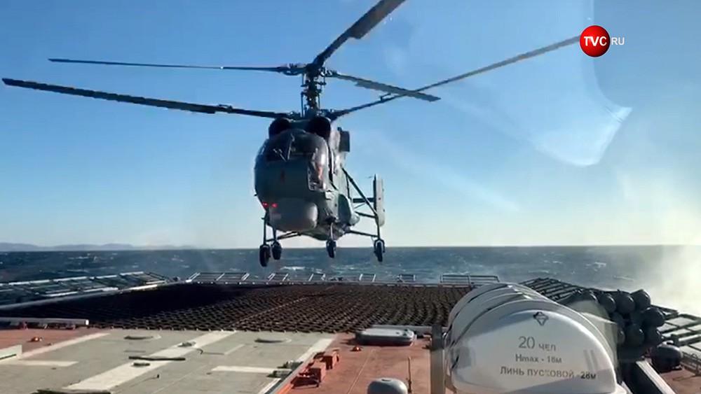 Посадка вертолёта на палубу корвета